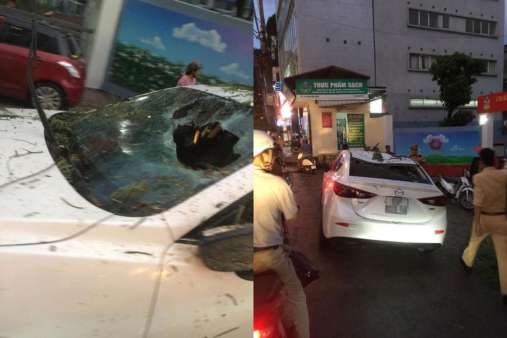Hậu quả là chiếc ô tô Mazda đã bị bẹp nóc và thủng kính lái