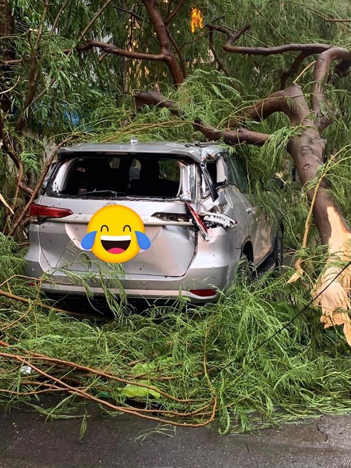 Chiếc Toyota Fortuner bị vỡ kính sau và biến dạng góc đuôi xe bên phải