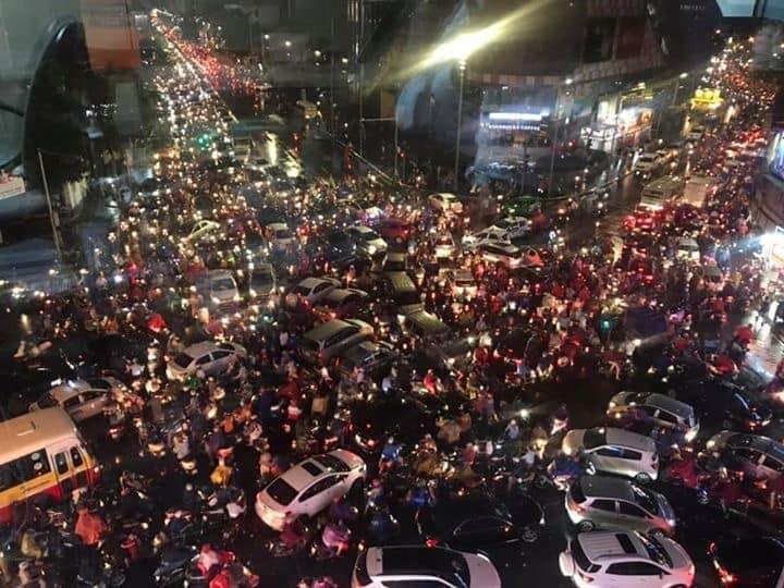 Như hệ quả tất yếu, mưa bão khiến nhiều tuyến phố của Hà Nội bị ùn tắc giao thông. Trên đây là hình ảnh chụp tại ngã tư Chùa Bộc - Phạm Ngọc Thạch