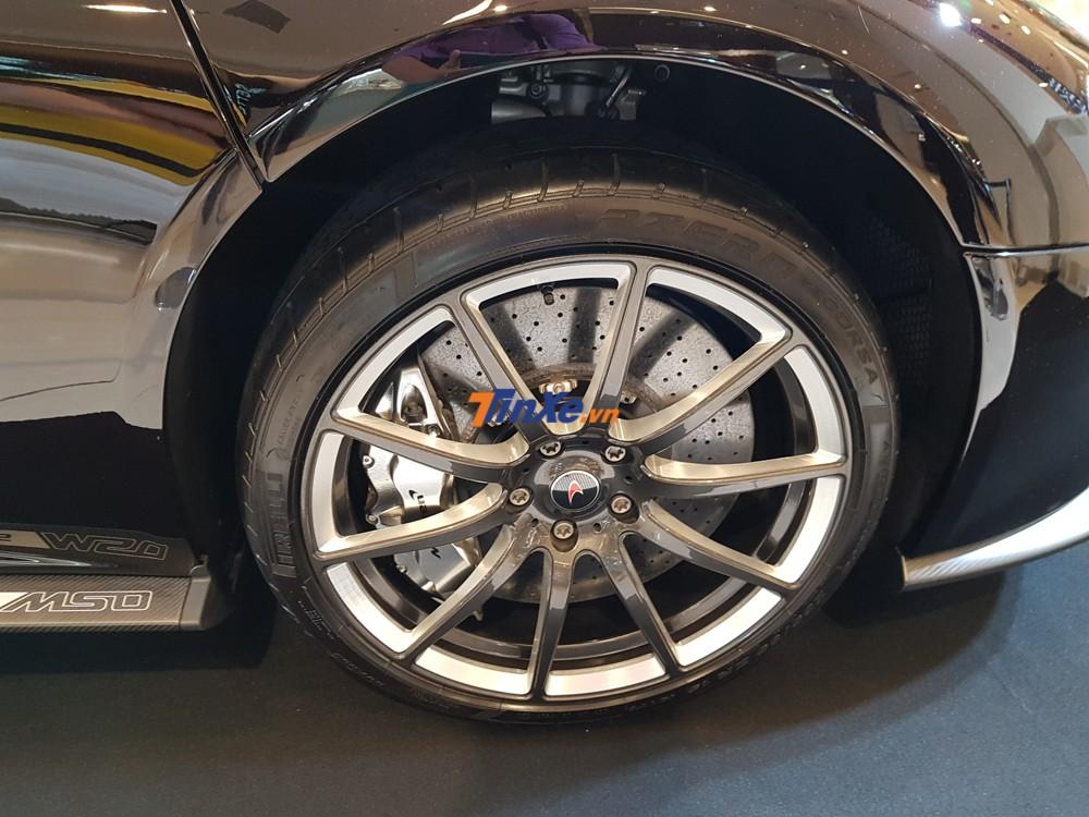 Tên MSO xuất hiện trên nẹp sườn bên hông gần bánh xe phía trước