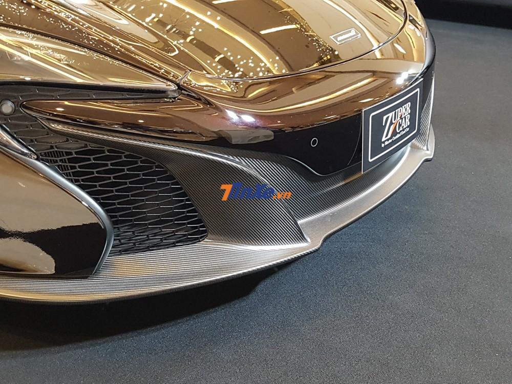 Ngoài màu sơn Agrigan Black độc đáo, chiếc McLaren 650S Spider MSO này còn có cản va trước bằng carbon nhám