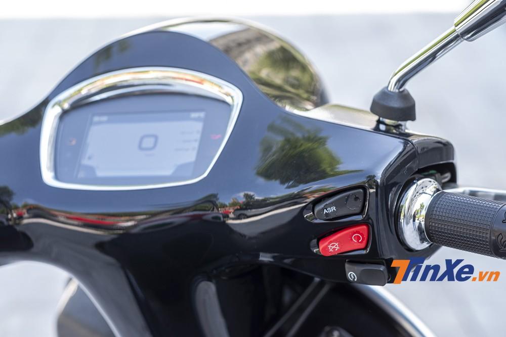 Hệ thống nút bấm ở tay lái của Vespa GTS SuperTech 300HPE đã có nhiều sự thay đổi.