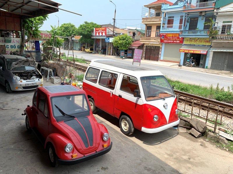 Cặp đôi xe ô tô điện sử dụng năng lượng mặt trời mang kiểu dáng của những chiếc xe Volkswagen,.