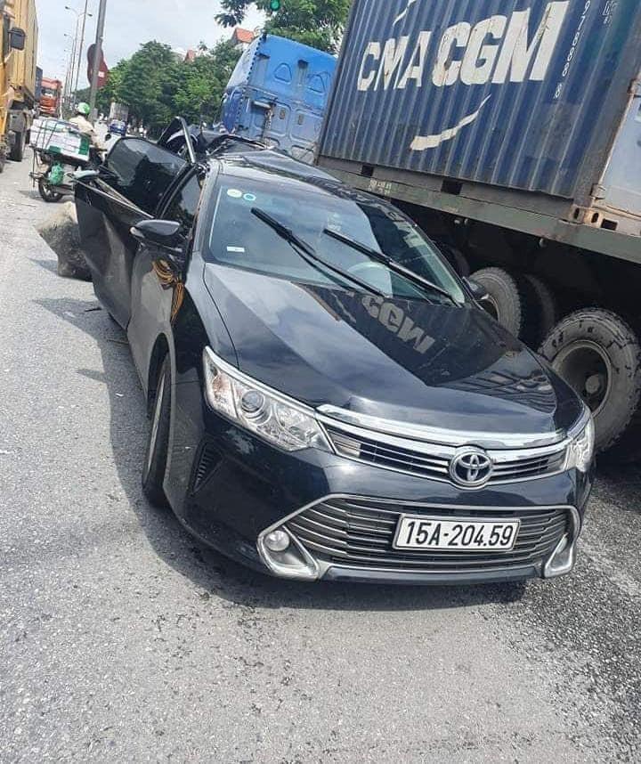 Tài xế điều khiển chiếc Toyota Camry chỉ bị thương nhẹ