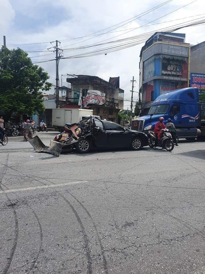 Hiện trường vụ tai nạn giữa chiếc Toyota Camry và xe container