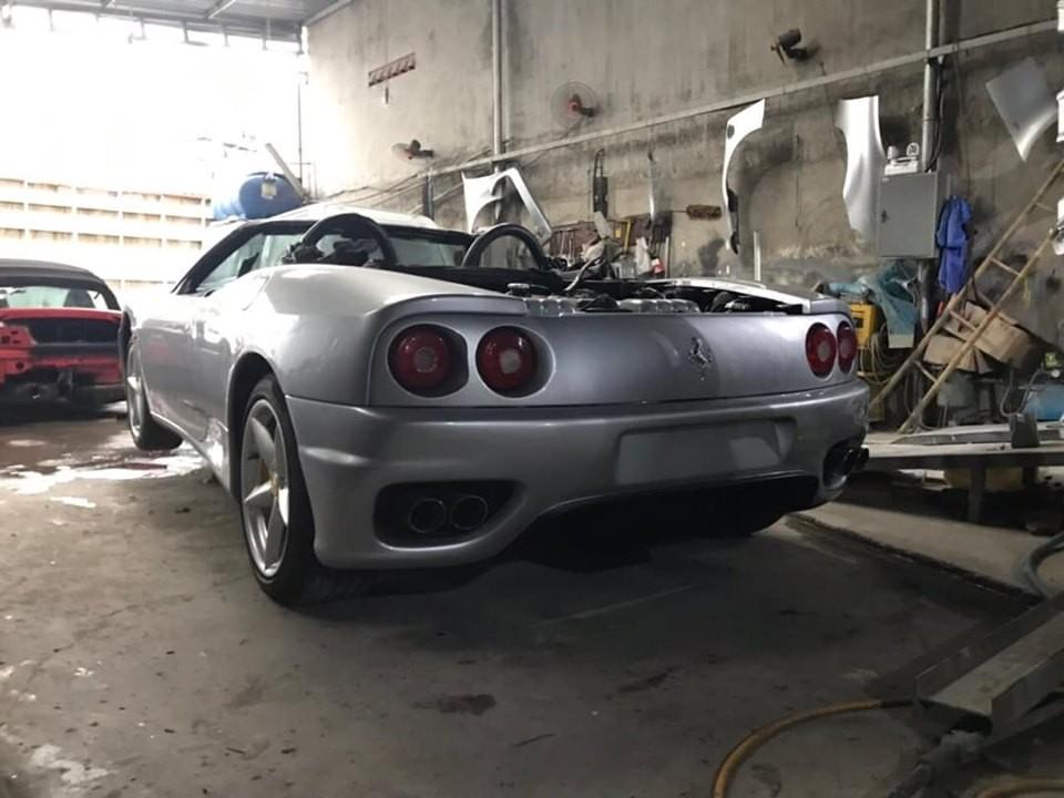 Chiếc siêu xe Ferrari 360 Spider màu bạc này còn có hệ thống ống xả độ của hãng Capristo