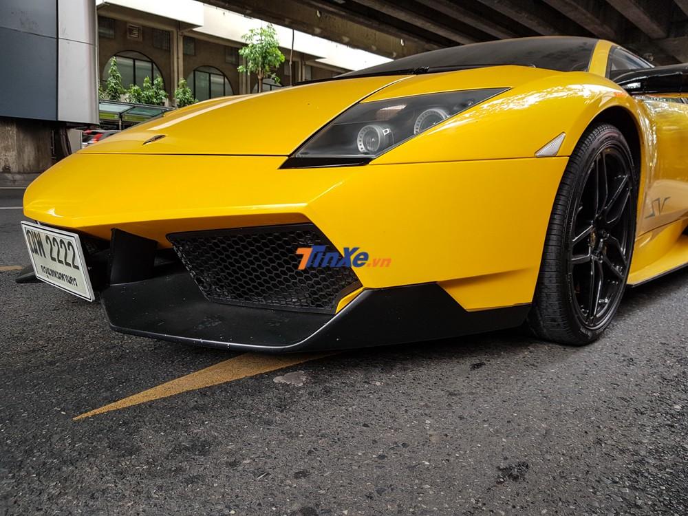 So với bản tiêu chuẩn, Lamborghini Murcielago LP670-4 SV có hốc gió và cản va trước thiết kế lại hung hăn hơn