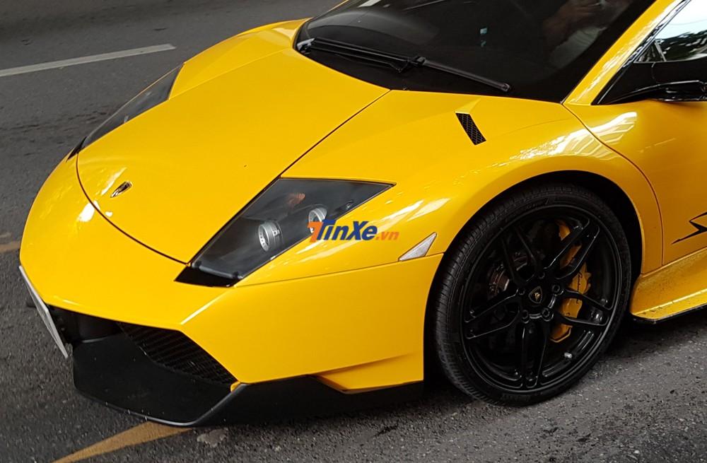 Xe sở hữu la-zăng 5 chấu kép sơn đen kết hợp cùng kẹp phanh màu vàng tông xuyệt tông ngoại thất xe