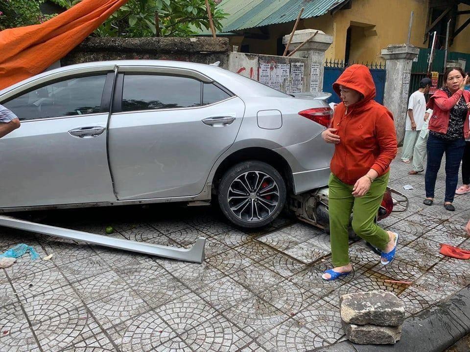 Chiếc xe ô tô bung vỏ, xe máy nằm kẹt dưới gầm
