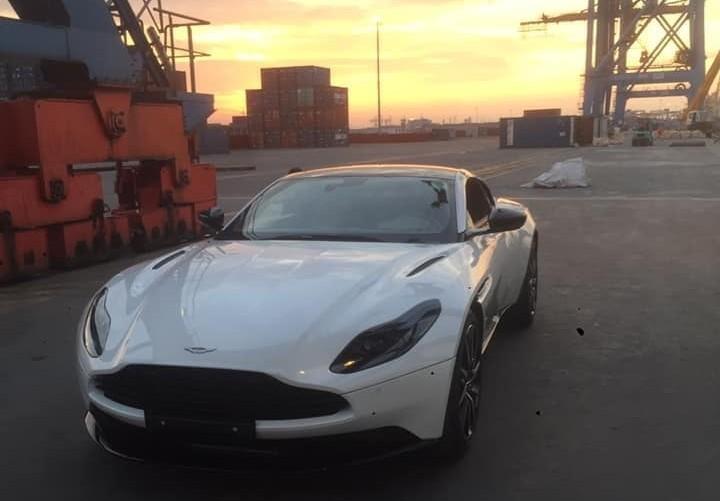 Chiếc Aston Martin DB11 này thuộc phiên bản V8 do nắp capô chỉ có 2 khe hốc gió