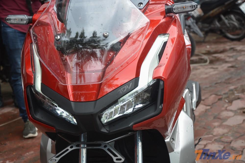 Cận cảnh mặt tiền của Honda ADV 150. Xe có đèn pha LED, dải đèn LED chiếu sáng ban ngày cỡ lớn và kính chắn gió có thể điều chỉnh
