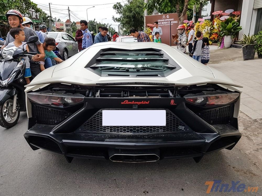 Cận cảnh vẻ đẹp của siêu xe Lamborghini Aventador LP700-4 độ body kit bản giới hạn LP720-4 50º Anniversario nhìn từ phía đuôi xe