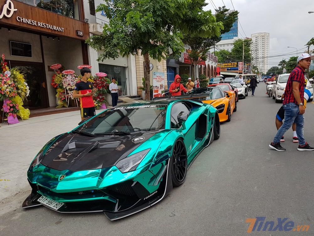 Dàn siêu xe đắt đỏ của nhà giàu Việt tụ tập về Bình Dương mừng Cường Đô-la khai trương nhà hàng thứ 3