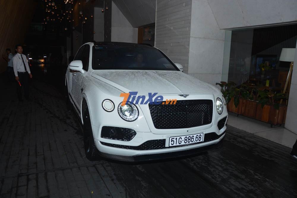 Bentley Bentayga của mẹ cô dâu cũng nhanh chóng có mặt