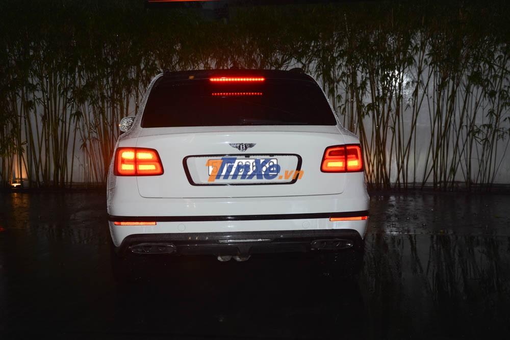 Chiếc SUV siêu sang Bentley Bentayga cũng là chiếc xe VIP thứ 6 được đỗ trước mặt tiền của trung tâm hội nghị tổ chức đám cưới con gái Minh Nhựa