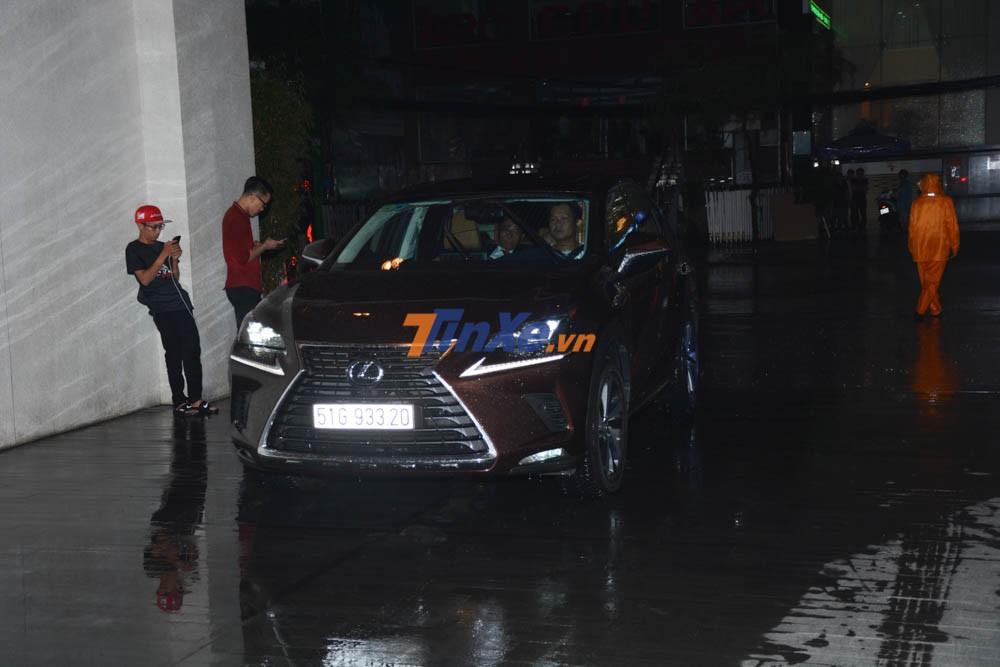 Một chiếc SUV hạng sang Lexus RX. Ngoài ra còn có Lexus LX570