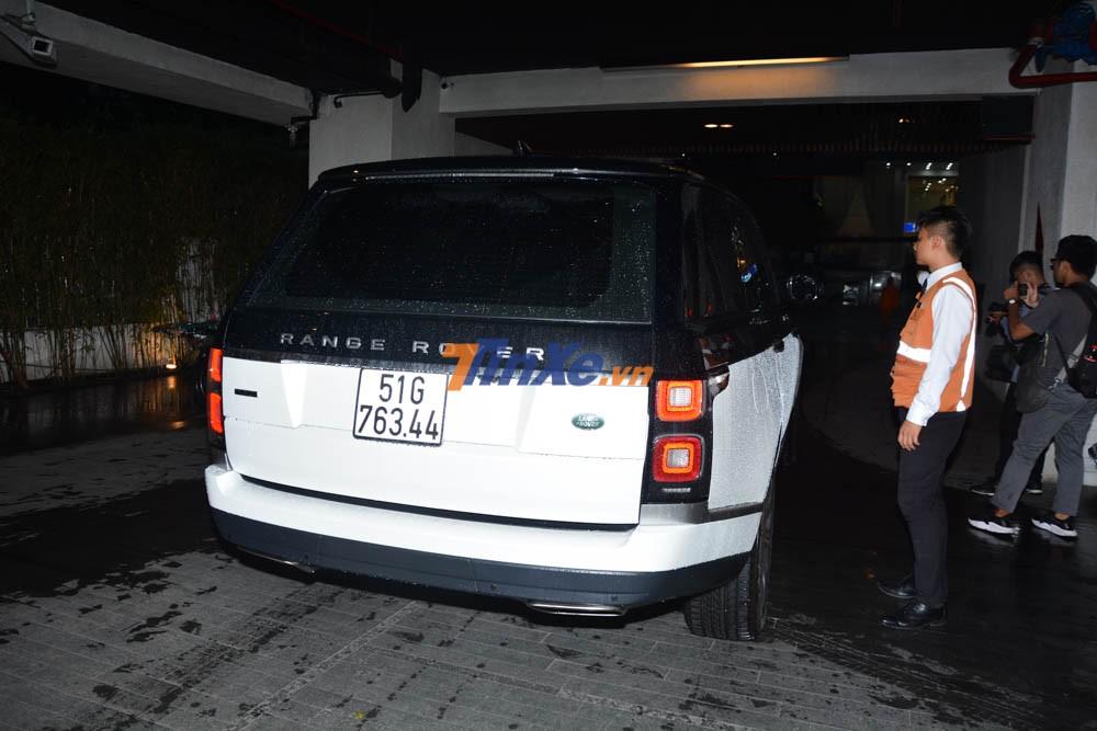 Sau đó chiếc SUV hạng sang Range Rover Autobiography LWB 2018 được tài xế riêng gia đình Minh Nhựa cho di chuyển ra khu đỗ xe VIP để kéo dài thêm hàng xe đang đỗ