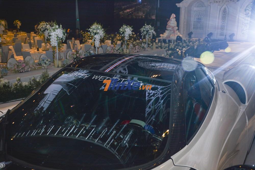 Dòng chữ Happy Wedding trên kính chắn gió xe