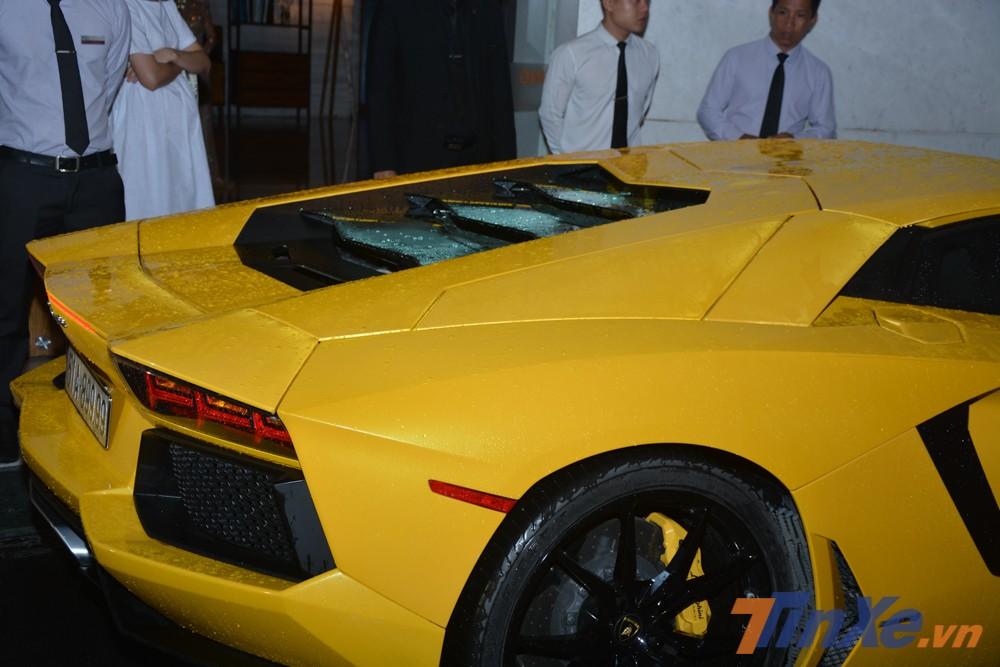 Lamborghini Aventador LP700-4 sử dụng động cơ V12