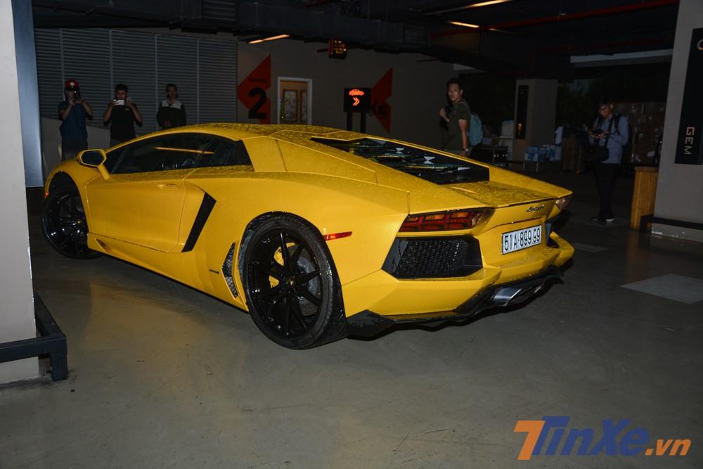 Siêu xe Lamborghini Aventador LP700-4 màu vàng này mang biển tứ quý 9