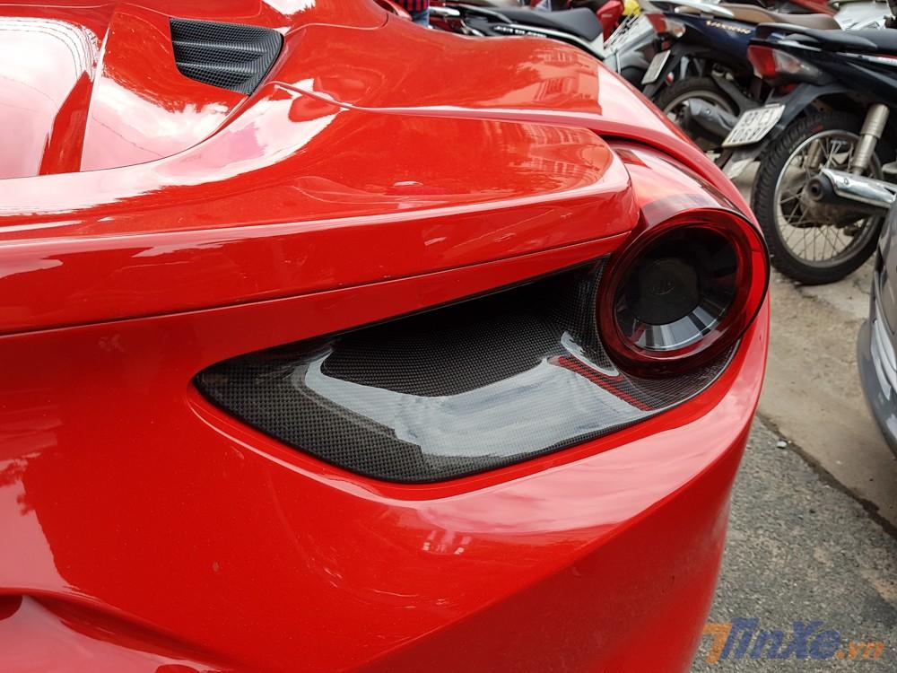 Đèn hậu ốp carbon của siêu xe Ferrari 488 Spider mui trần