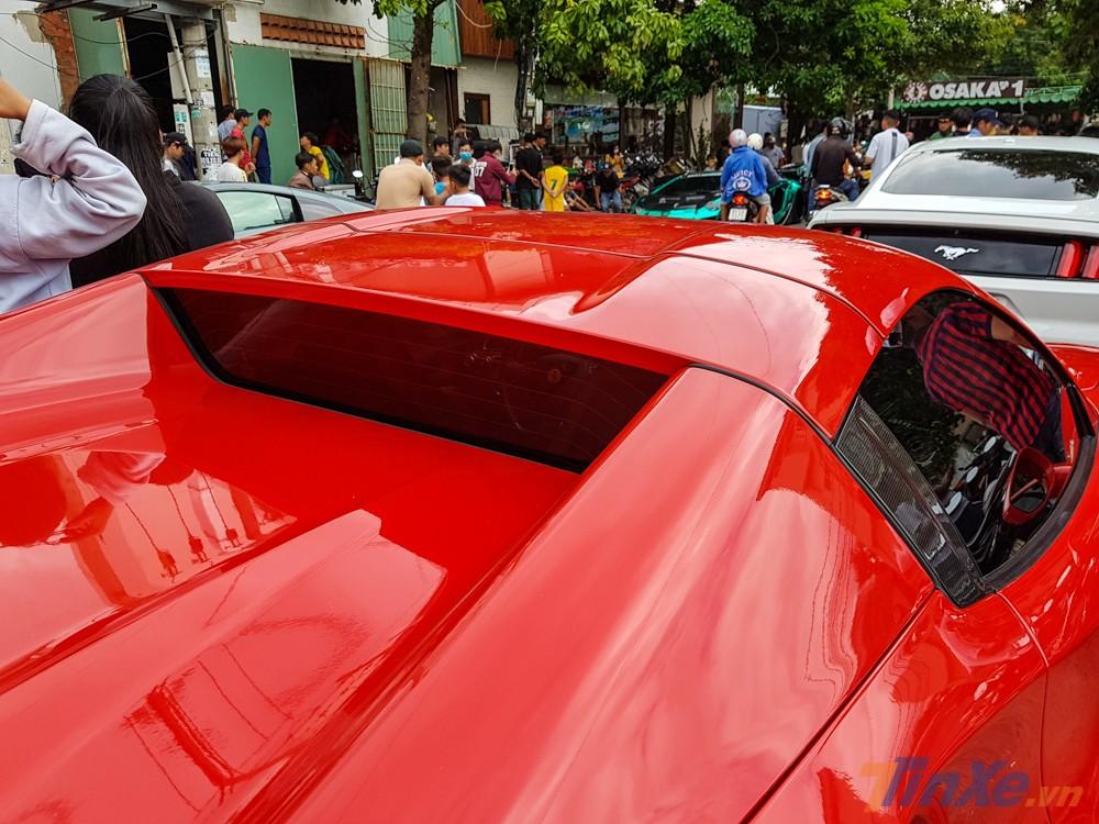 Điểm khác biệt của Ferrari 488 Spider so với siêu xe Ferrari 488 GTB nằm ở phần mui xếp cứng có thể dễ dàng đóng hoặc mở trong thời gian từ 14 đến 16 giây