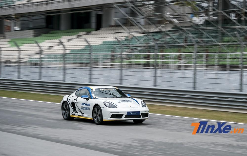 Những chiếc Porsche 718 Cayman có thể đạt tốc độ tối đa lên tới 203km/h trên những đoạn đường thẳng.