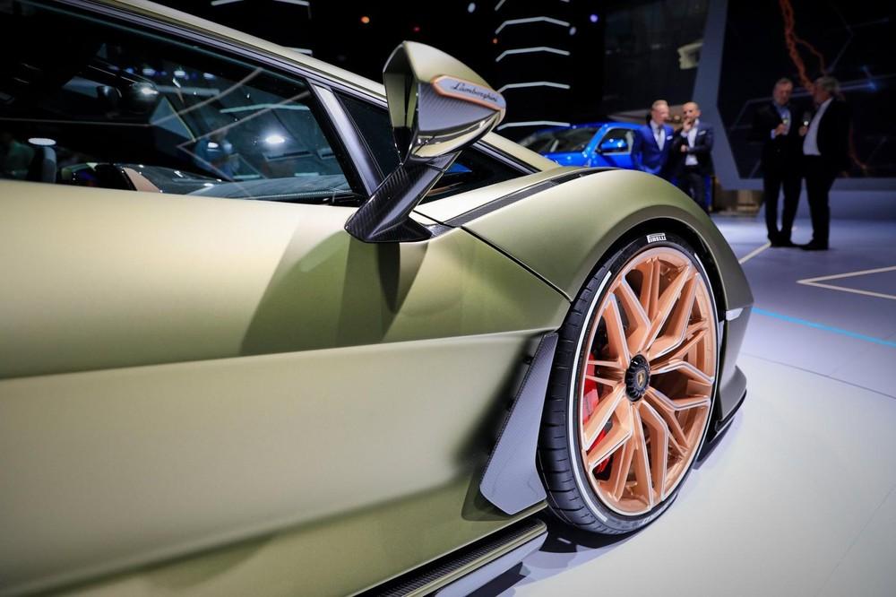 Chắn bùn trước của Lamborghini Sián được tích hợp bộ chẻ khí bằng sợi carbon
