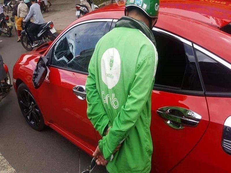 Chiếc Honda Civic bị vỡ kính cửa sổ và gương ngoại thất