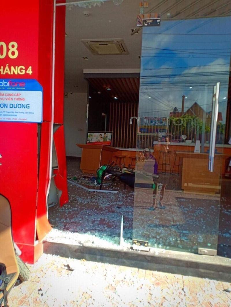 Một phần cửa kính của cửa hàng MobiFone bị vỡ vụn