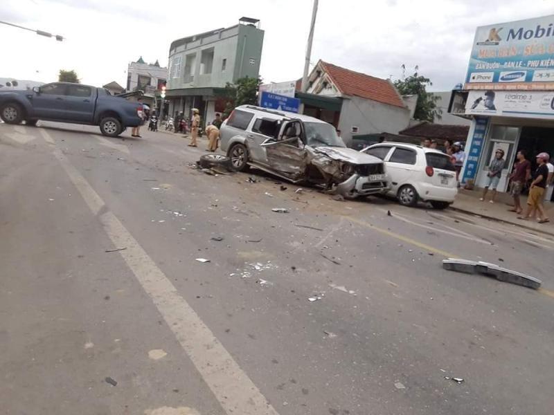 Chiếc SUV 7 chỗ cũng bị hư hỏng nặng sau vụ tai nạn liên hoàn