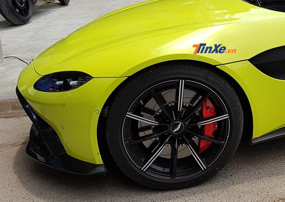 Xe sở hữu bộ mâm đa chấu sơn hai tông màu cùng kẹp phanh đỏ bắt mắt