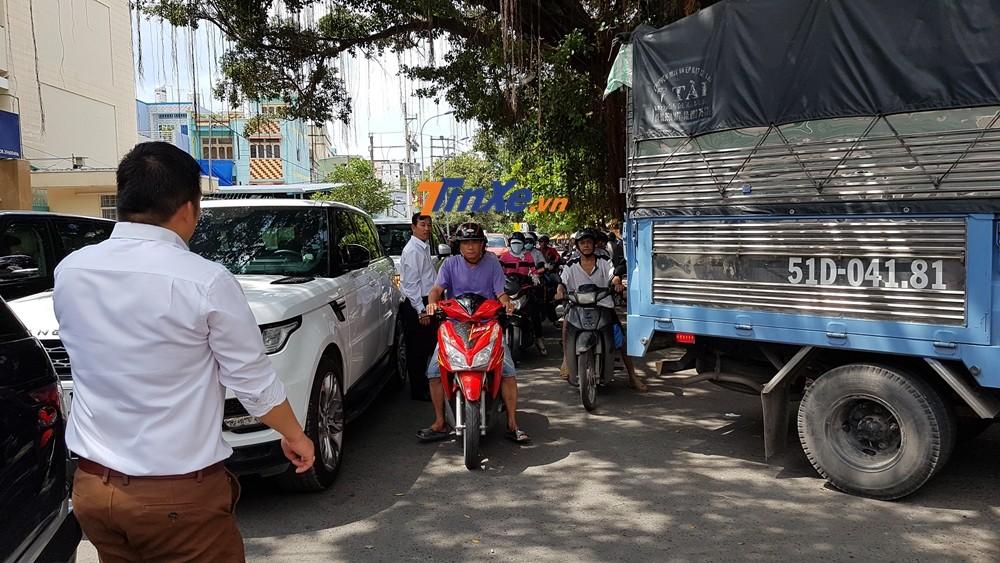 Đoàn xe đỗ thành 2 hàng nên gây không ít khó khăn cho các phương tiện khác di chuyển. Các tài xế cũng làm nhiệm vụ điều tiết giao thông