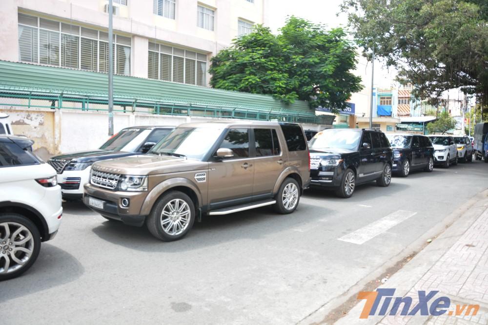 Một số xe Range Rover do chủ tự cầm lái đỗ không ngay ngắn khiến cánh tài xế riêng của Minh Nhựa phải vất vả chạy đi kiếm để đưa xe vào vị trí ngay ngắn