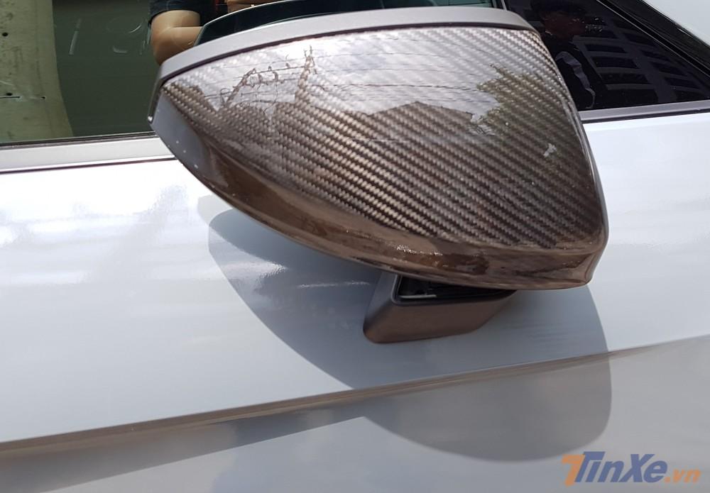 Vỏ gương của siêu xe Audi R8 V10 Plus cũng bằng carbon