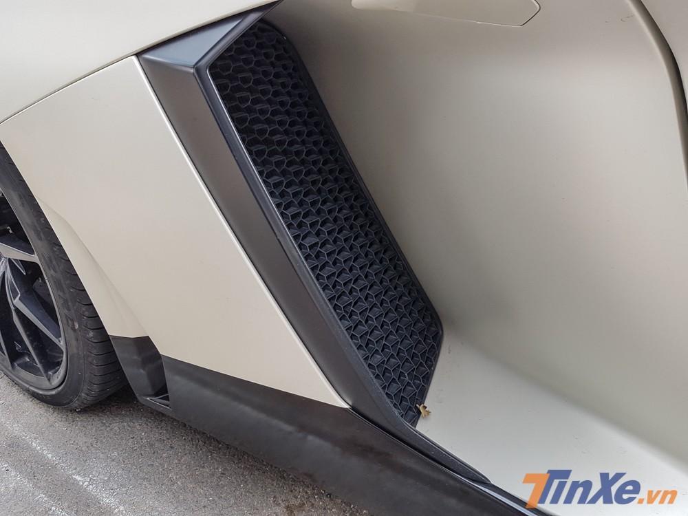 Những chi tiết thay mới theo bộ body kit Lamborghini Aventador LP720-4 50º Anniversario trên chiếc siêu xe Lamborghini Aventador LP700-4 được sơn lại màu đen nhám