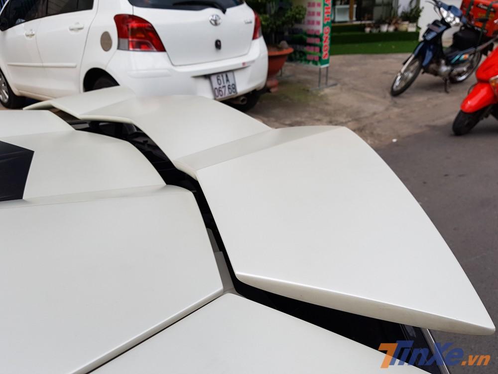 Khi siêu xe Lamborghini Aventador LP700-4 chạy với tốc độ hơn 80 km/h, cánh gió sau sẽ tự động được nâng lên để giúp xe tăng lực ép xuống mặt đường