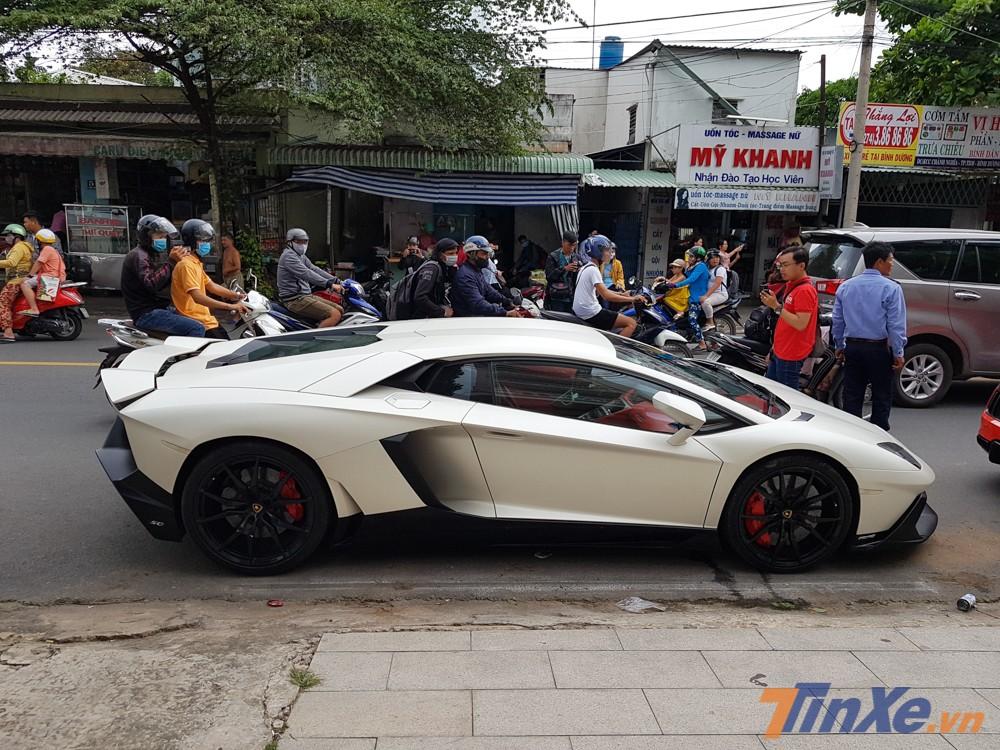 Sự có mặt của siêu xe Lamborghini Aventador LP700-4 độ body kit LP720-4 50º Anniversario trong đoàn xe tham dự nhà hàng của Cường Đô-la cũng gây ấn tượng mạnh với người dân Bình Dương