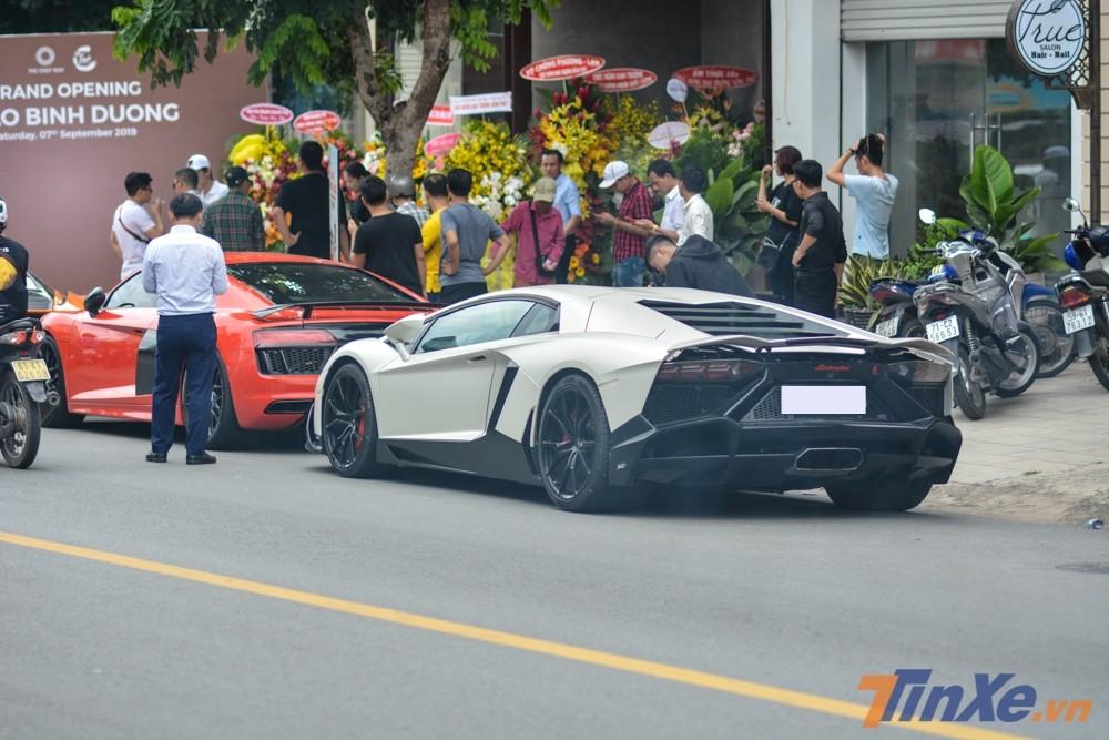 Siêu xe Lamborghini Aventador LP700-4 độ body kit LP720-4 50º Anniversario đỗ ngay phía sau chiếc Audi R8 V10 Plus màu đỏ