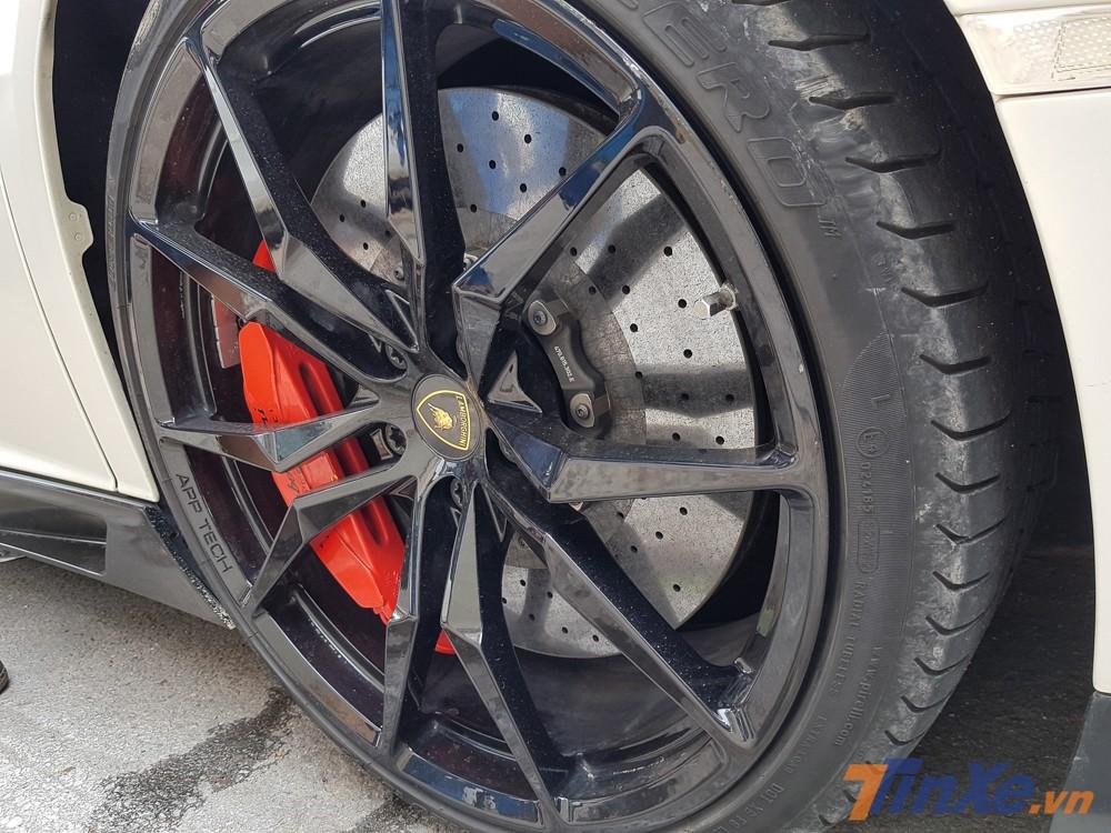 Xe được trang bị bộ mâm 5 chấu kép sơn đen bóng tạo tính phương phản với màu sơn trắng nhám ở ngoại thất
