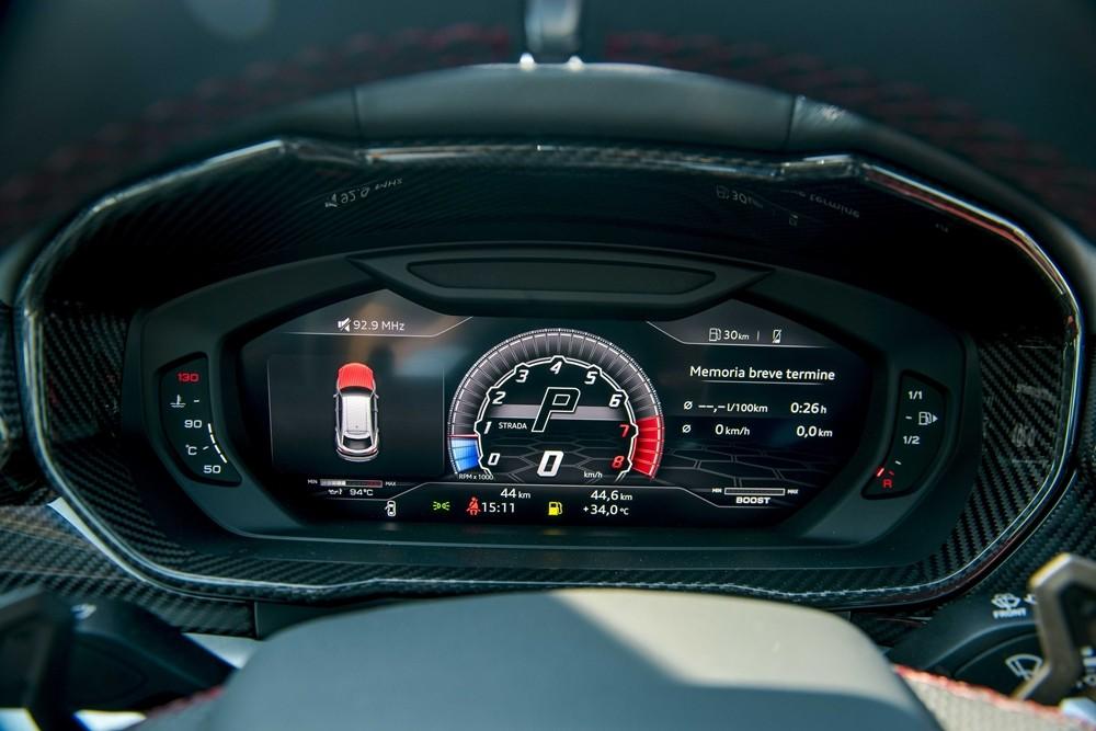 Viền bảng đồng hồ của chiếc Lamborghini Urus này hoàn toàn bằng carbon