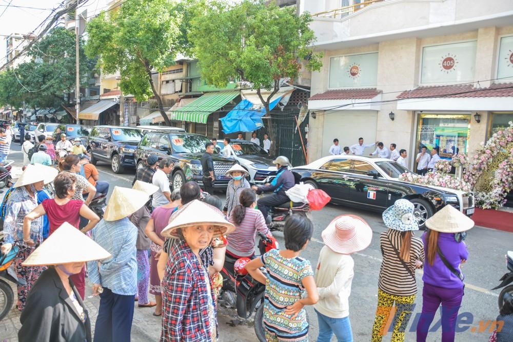 Đoàn người đứng xem dàn xe đưa dâu của con gái Minh Nhựa chuẩn bị nhổ neo qua nhà trai