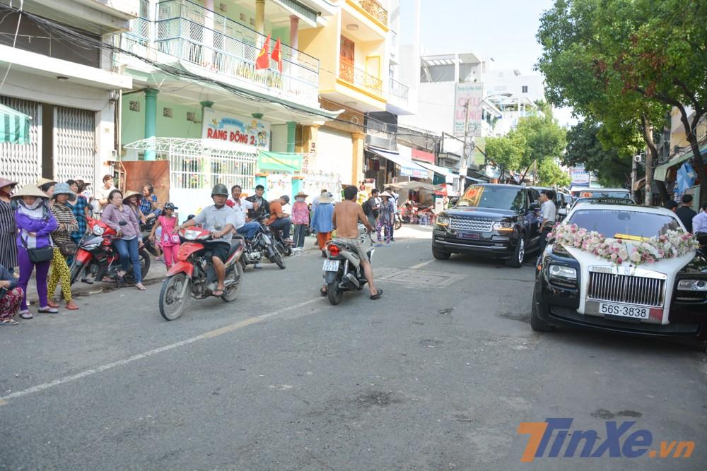 Trong đó, có gần chục người dân tràn xuống đường xem đoàn xe đưa dâu khiến giao thông qua đường Nguyễn Xuân Phụng, quận 6, Tp.HCM gặp không ít khó khăn.