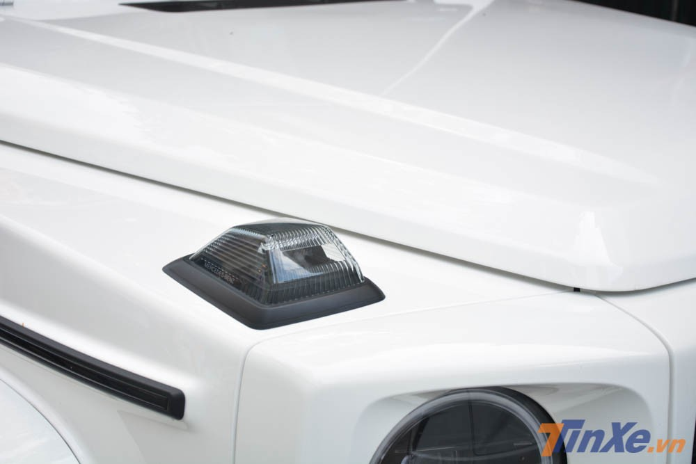 Nhưng Mercedes-AMG G63 Edition 1 vẫn có đèn xi-nhan đặt hẳn trên nắp capô, thiết kế này không có gì thay đổi so với phiên bản trước
