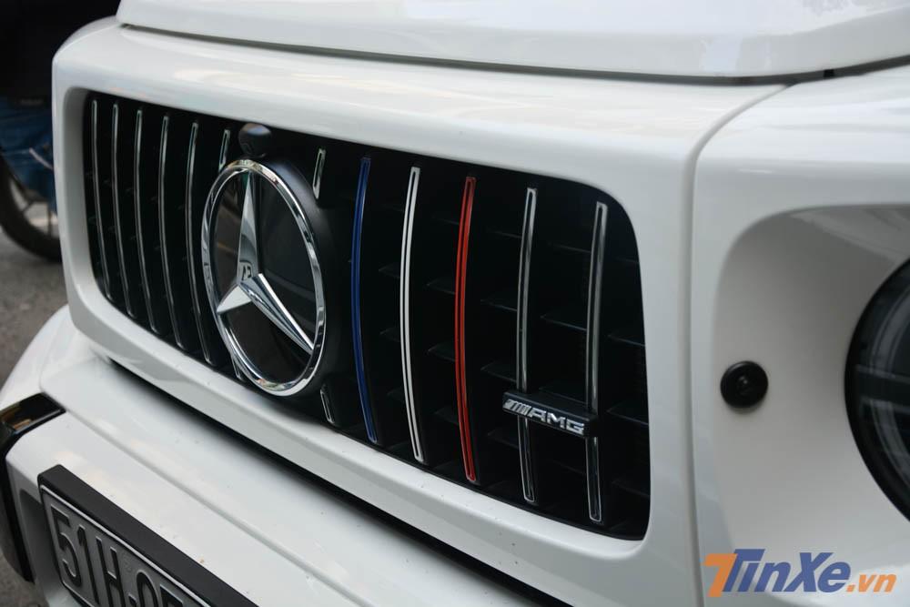 Ở phần lưới tản nhiệt nan dọc hoàn toàn mới trên Mercedes-AMG G63 Edition 1 đã được Minh Nhựa cho đi dán 3 nan dọc sang màu xanh dương, trắng và đỏ