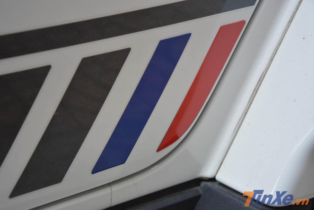 Bên hông xe cũng có thêm sự khác biệt nhỏ với hai sọc màu là xanh dương và đỏ được dán thêm đề-can để kết hợp màu sơn trắng ngoại thất