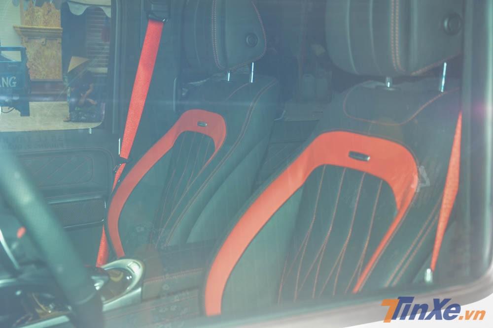 Nội thất chiếc Mercedes-AMG G63 Edition 1 của Minh Nhựa sở hữu màu đen với các điểm nhấn màu đỏ.