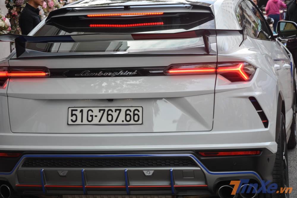 siêu SUV Lamborghini Urus hơn 23 tỷ đồng của Minh Nhựa còn được bổ sung thêm cách gió đuôi kép phía sau xe