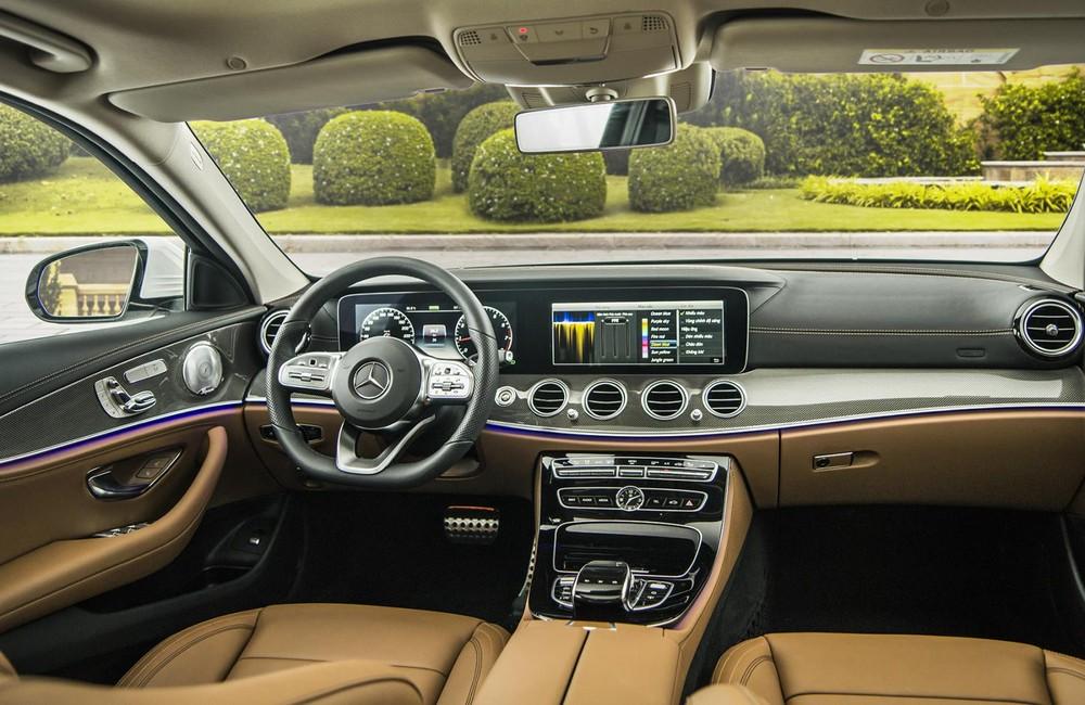 Không gian cabin của Mercedes-Benz E300 AMG 2019