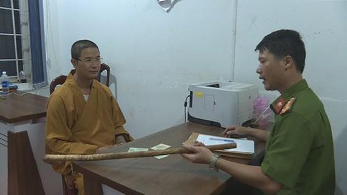 Thầy chùa bị đưa về cơ quan công an cùng hung khí